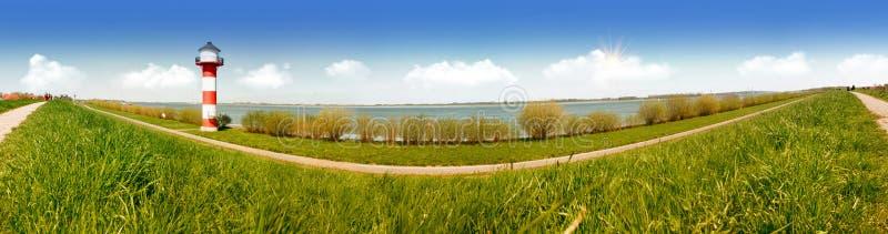Άσπρος και κόκκινος φάρος και το νερό του ποταμού Elbe στη Γερμανία πανόραμα στοκ εικόνα με δικαίωμα ελεύθερης χρήσης