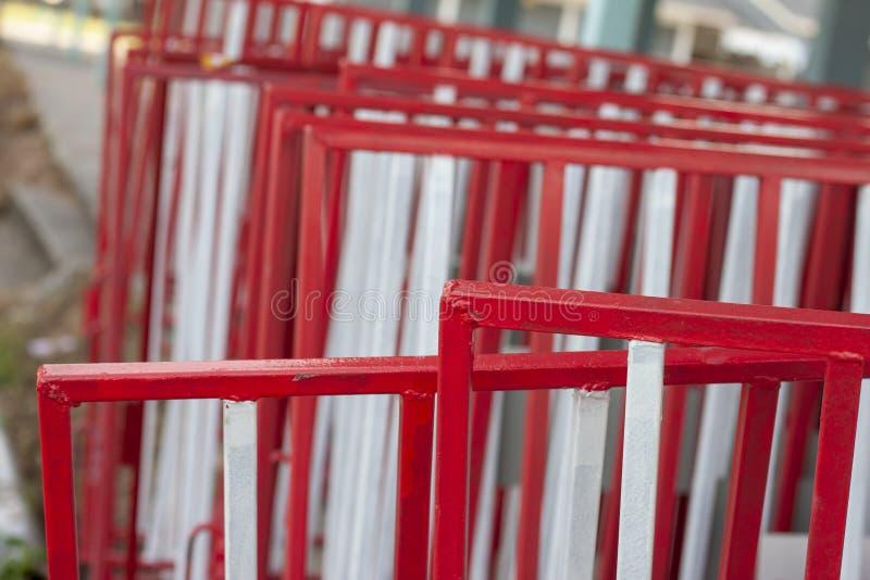 Άσπρος και κόκκινος φράκτης σιδήρου για το σωρό εμποδίων κυκλοφορίας πολλοί στοκ εικόνα με δικαίωμα ελεύθερης χρήσης