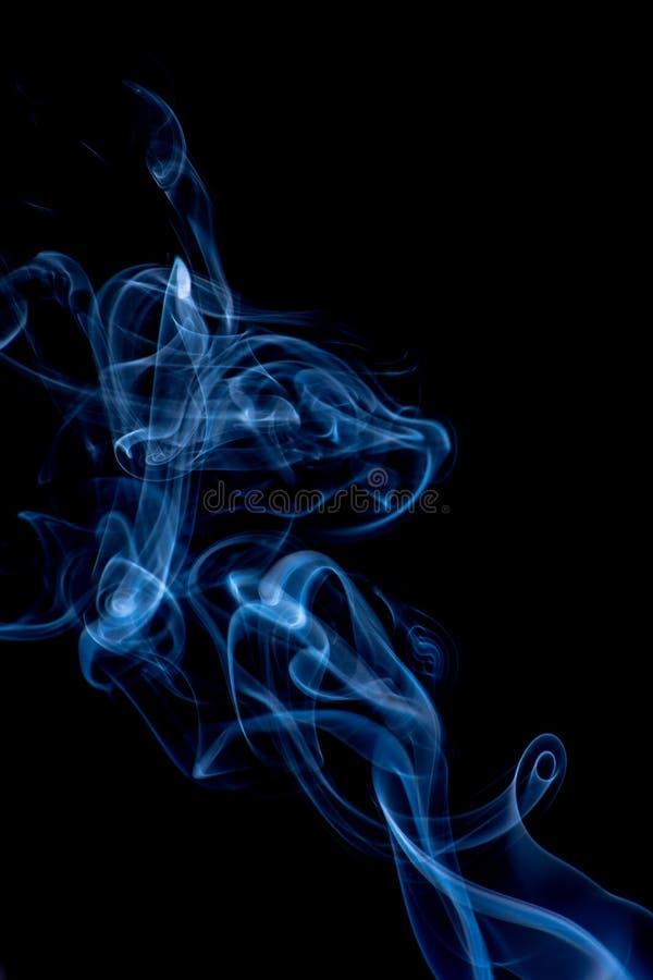 Άσπρος και μπλε καπνός που απομονώνεται στο μαύρο υπόβαθρο στοκ εικόνες