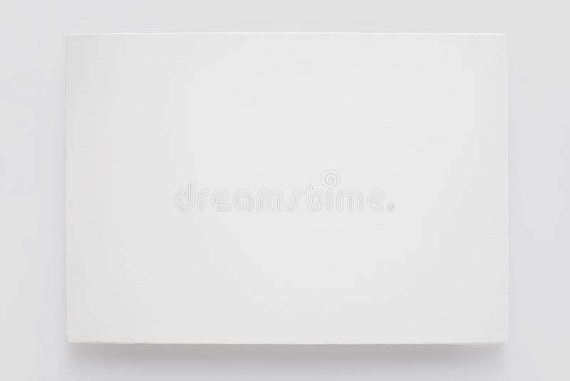 Άσπρος καμβάς στο φορείο στον άσπρο τοίχο στοκ εικόνες