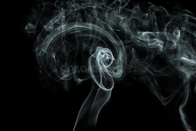 Άσπρος καπνός στη μαύρη ανασκόπηση στοκ εικόνα