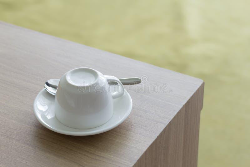 Άσπρος καφές φλυτζανιών που τίθεται στον ξύλινο πίνακα στοκ φωτογραφία με δικαίωμα ελεύθερης χρήσης