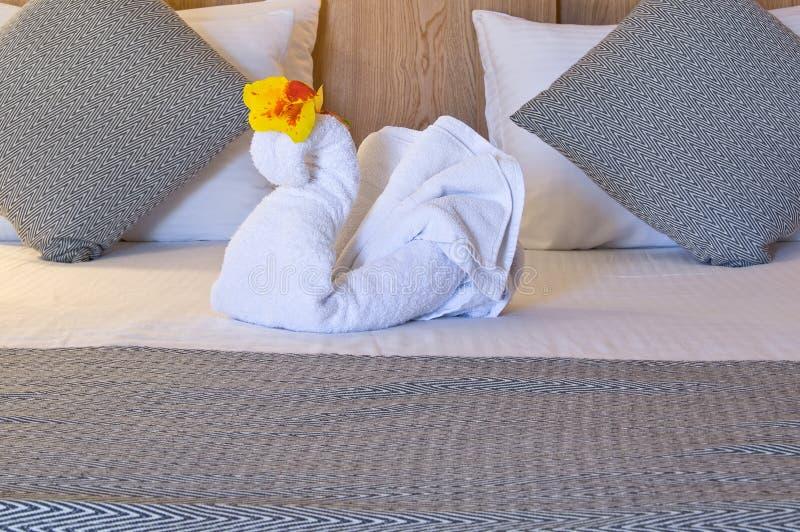 Άσπρος κύκνος πετσετών στο κρεβάτι στοκ φωτογραφίες με δικαίωμα ελεύθερης χρήσης