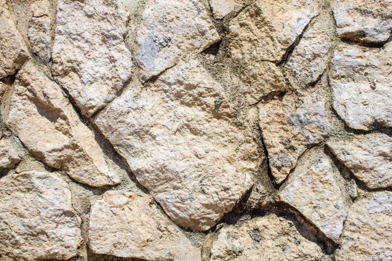 Άσπρος λιθοστρωμένος τοίχος στην ανώμαλη περικοπή για το υπόβαθρο Άποψη κινηματογραφήσεων σε πρώτο πλάνο του κρητιδικού ξηρού σχη στοκ εικόνα με δικαίωμα ελεύθερης χρήσης