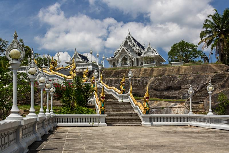 Άσπρος ναός Kaew Korawaram Wat στην πόλη Krabi στοκ εικόνα