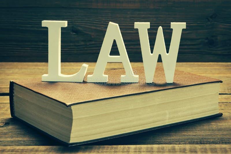 Άσπρος νόμος σημαδιών σχετικά με το κόκκινο βιβλίο στοκ φωτογραφίες με δικαίωμα ελεύθερης χρήσης