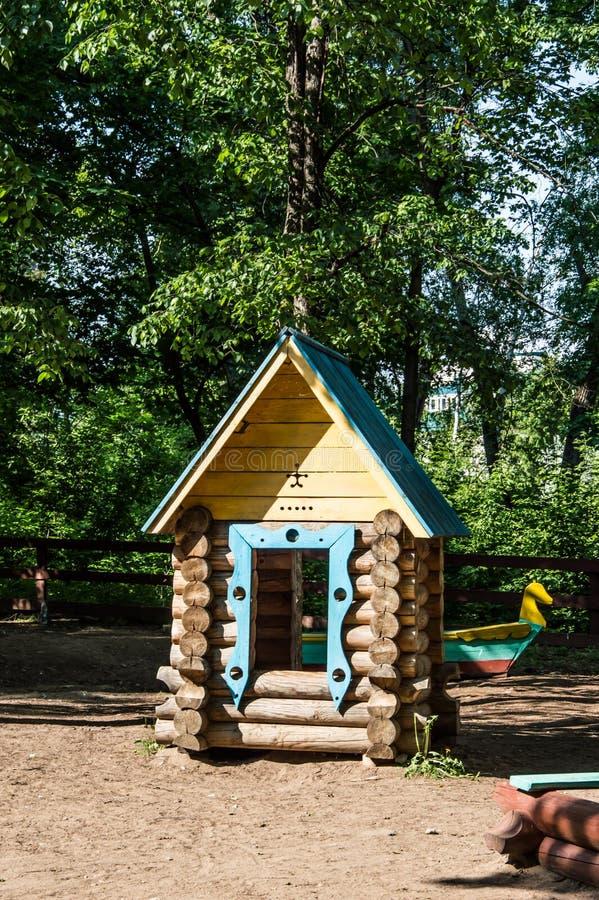 άσπρος ξύλινος παιχνιδιών ανασκόπησης απομονωμένος σπίτι στοκ εικόνα με δικαίωμα ελεύθερης χρήσης