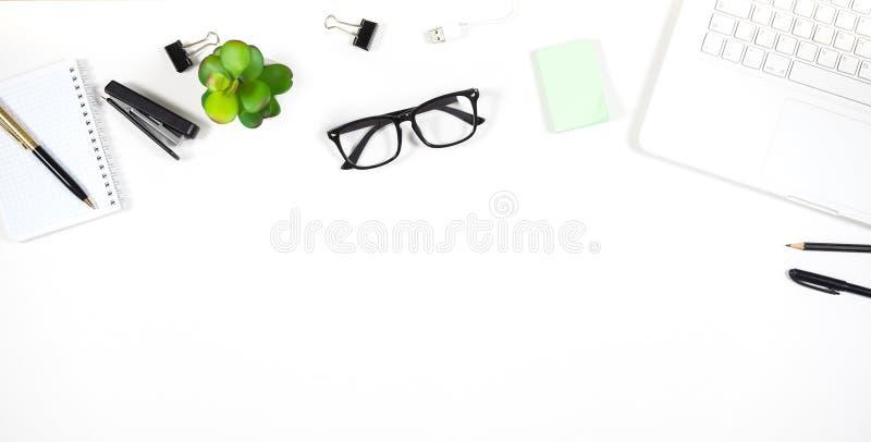 Άσπρος πίνακας γραφείων γραφείων με πολλά πράγματα στοκ εικόνες