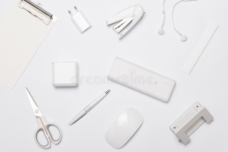 Άσπρος πίνακας γραφείων γραφείων με πολλές προμήθειες σε το r στοκ φωτογραφίες