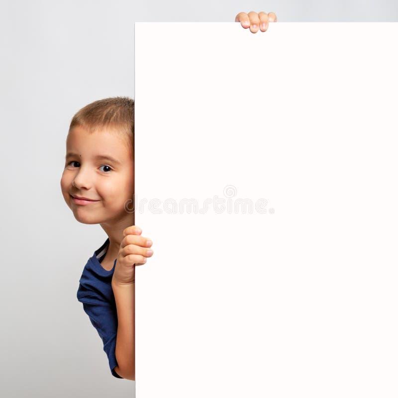 Άσπρος πίνακας διαφημίσεων με το χαμογελώντας παιδί στην πλευρά στοκ φωτογραφίες με δικαίωμα ελεύθερης χρήσης