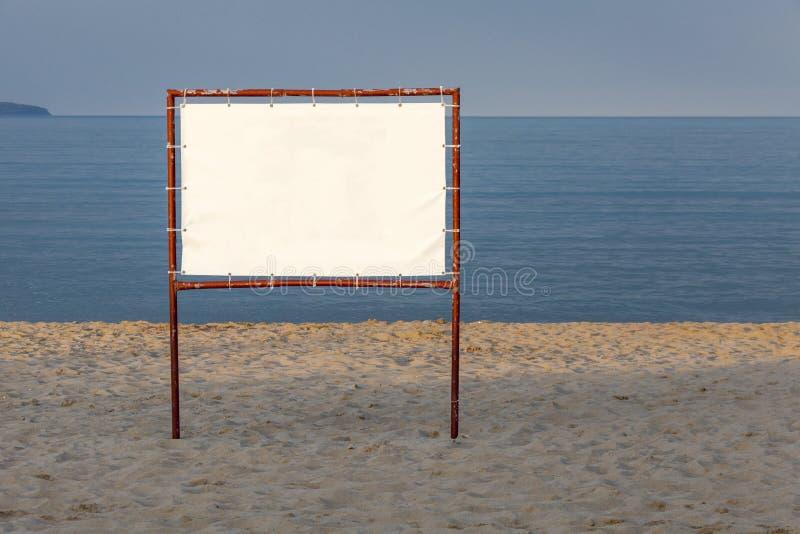 Άσπρος πίνακας διαφημίσεων σε ένα υπόβαθρο της μπλε θάλασσας και του ουρανού στοκ φωτογραφίες με δικαίωμα ελεύθερης χρήσης