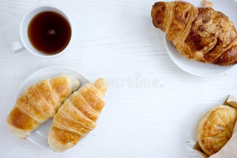 Άσπρος πίνακας καφέ φλυτζανιών μπισκότων Croissant στοκ εικόνες