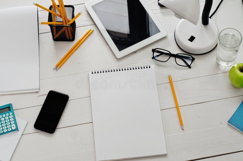 Download Άσπρος πίνακας σχεδιαστών με ένα κενό σημειωματάριο Στοκ Εικόνα - εικόνα από εσωτερικός, επαγγελματικός: 62714251
