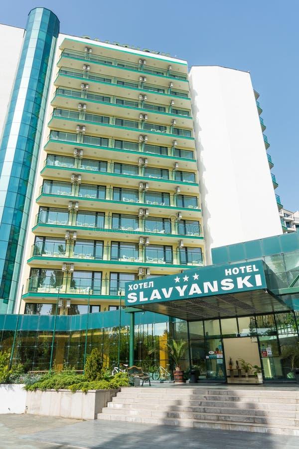 Άσπρος-πράσινη αρχιτεκτονική του ξενοδοχείου Slavyansky στην ηλιόλουστη παραλία στη Βουλγαρία στοκ φωτογραφίες