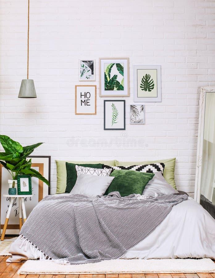 Άσπρος πράσινος σχεδίων ύφους σπιτιών κρεβατοκάμαρων εσωτερικός στοκ εικόνες