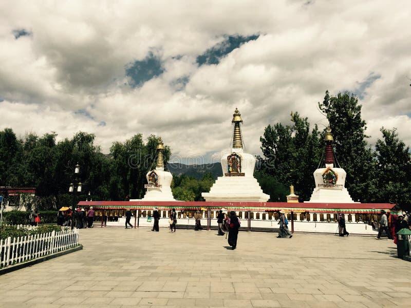 άσπρος πύργος προσευχής στοκ φωτογραφία με δικαίωμα ελεύθερης χρήσης
