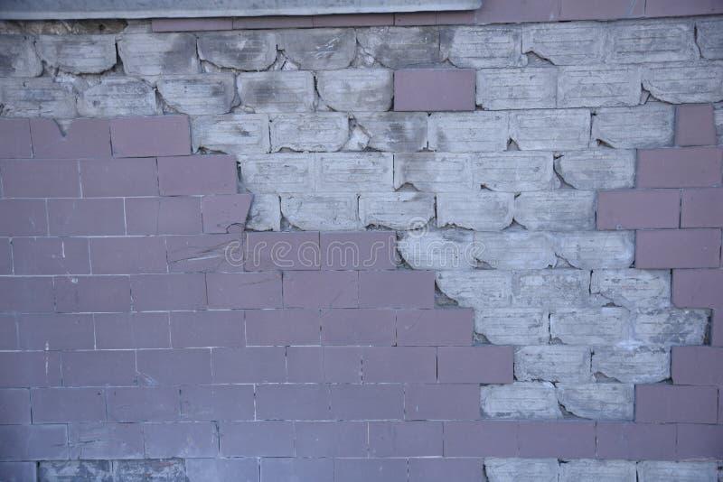 Άσπρος σπασμένος pinck τουβλότοιχος στοκ φωτογραφία