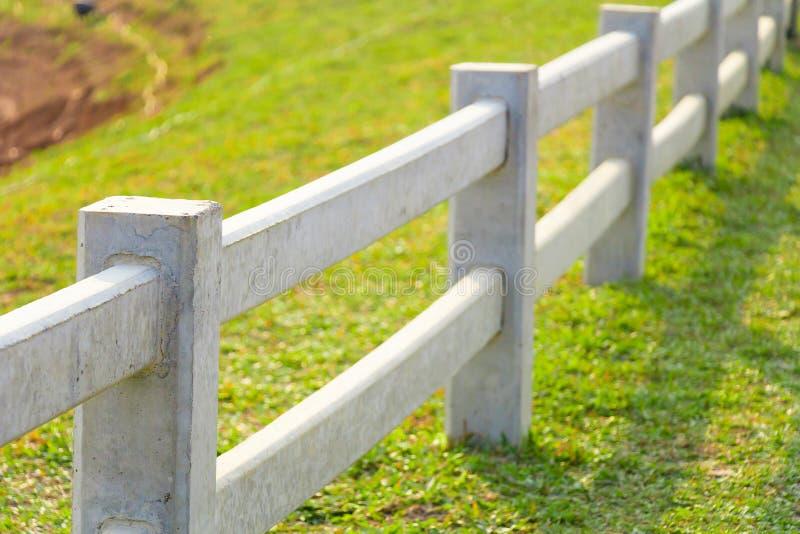 Άσπρος συγκεκριμένος φράκτης στη γεωργική γη χωρών στοκ εικόνα με δικαίωμα ελεύθερης χρήσης