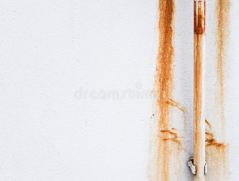 Άσπρος σωλήνας με το σκουριασμένο λεκέ στοκ φωτογραφία