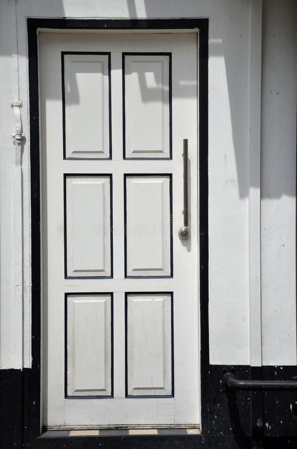 Άσπρος τοίχος με την άσπρη πόρτα στοκ φωτογραφία με δικαίωμα ελεύθερης χρήσης