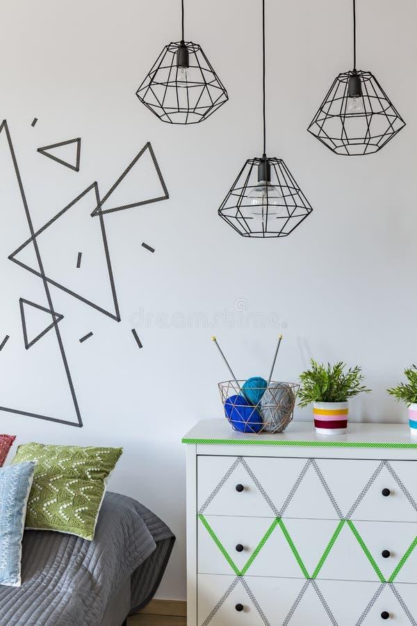 Άσπρος τοίχος με το θέμα τριγώνων στοκ φωτογραφίες με δικαίωμα ελεύθερης χρήσης