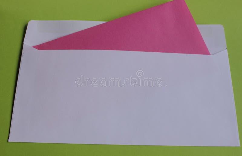 Άσπρος φάκελος σε ένα πράσινο υπόβαθρο στοκ φωτογραφία