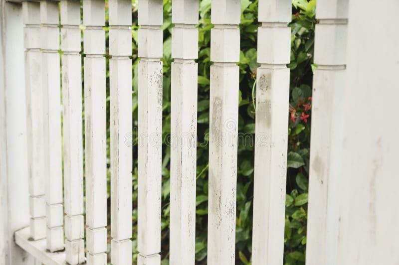 Άσπρος φράκτης στύλων στο περίπτερο στοκ εικόνες με δικαίωμα ελεύθερης χρήσης