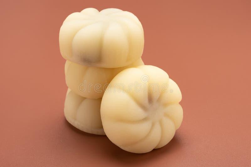 Άσπρος χρώματος σύγχρονος σωρός mooncakes ύφους κινεζικός επάνω στοκ φωτογραφία