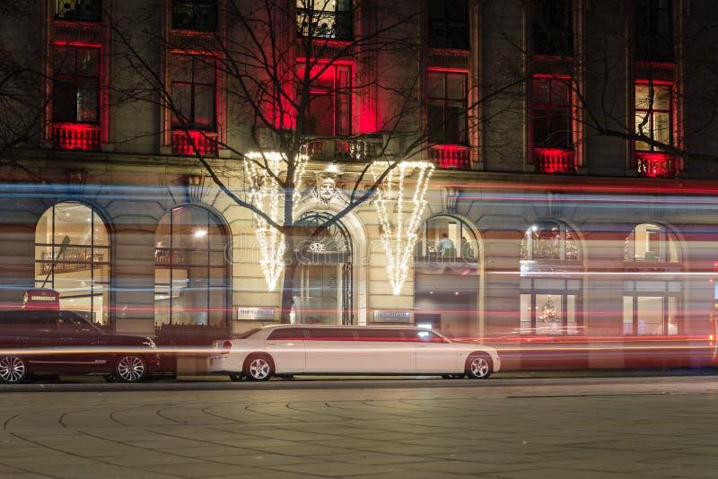 Άσπρος χώρος στάθμευσης Limousine δίπλα σε ένα ξενοδοχείο Λονδίνο Aldwych από κοντά στοκ φωτογραφίες