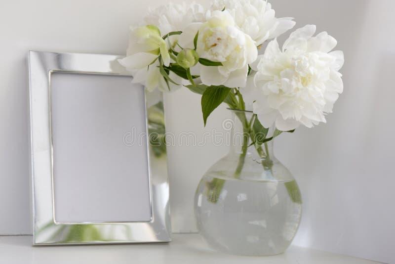 Άσπρος peony στο βάζο γυαλιού στο άσπρο υπόβαθρο δεδομένου ότι η ανασκόπηση μπορεί να πλαισιώσει τη χρήση μετάλλων στοκ εικόνες