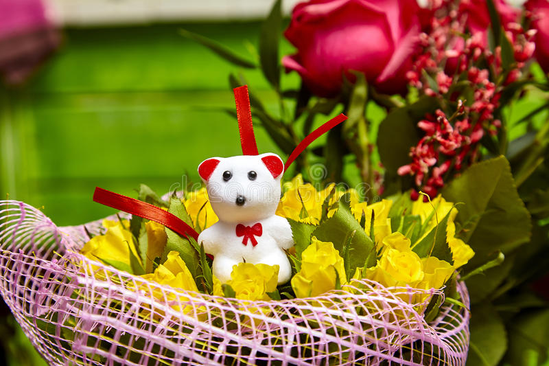 Άσπρος teddy τριαντάφυλλων ανθοδεσμών κίτρινος αντέχει την ημέρα βαλεντίνων ` s δώρων favorit στοκ φωτογραφία