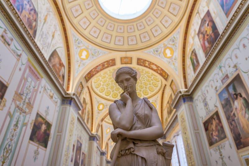 Άσπρο άγαλμα μέσα στο Μουσείο Ερμιτάζ στοκ εικόνα με δικαίωμα ελεύθερης χρήσης