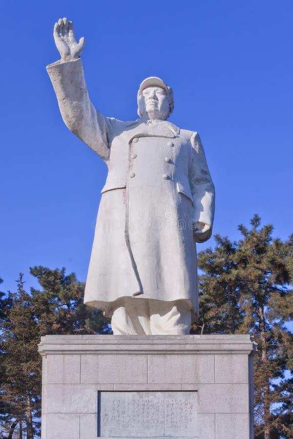 Άσπρο άγαλμα του προέδρου Mao Zedong σε ένα πάρκο, Τσανγκ Τσαν, Κίνα στοκ εικόνες