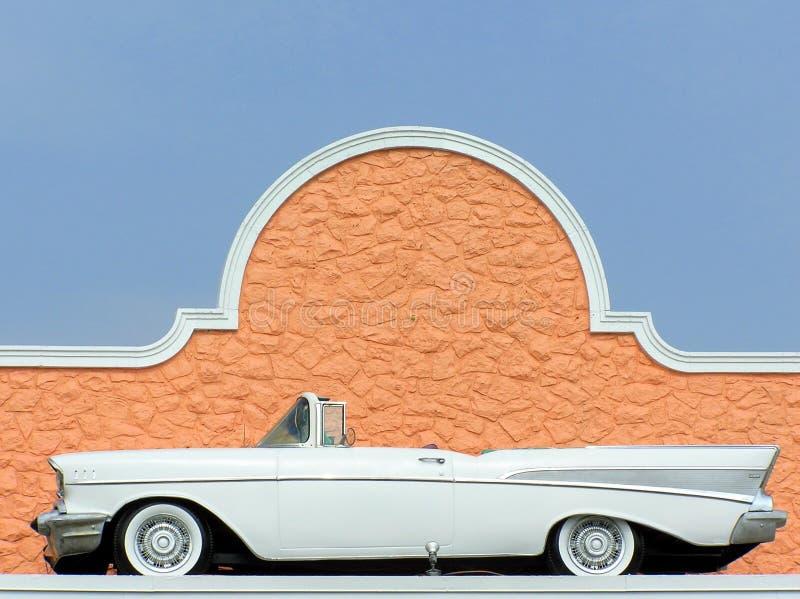 1957 άσπρο δίπορτο μετατρέψιμο κλασικό παλαιό αυτοκίνητο Chevy στοκ φωτογραφία με δικαίωμα ελεύθερης χρήσης