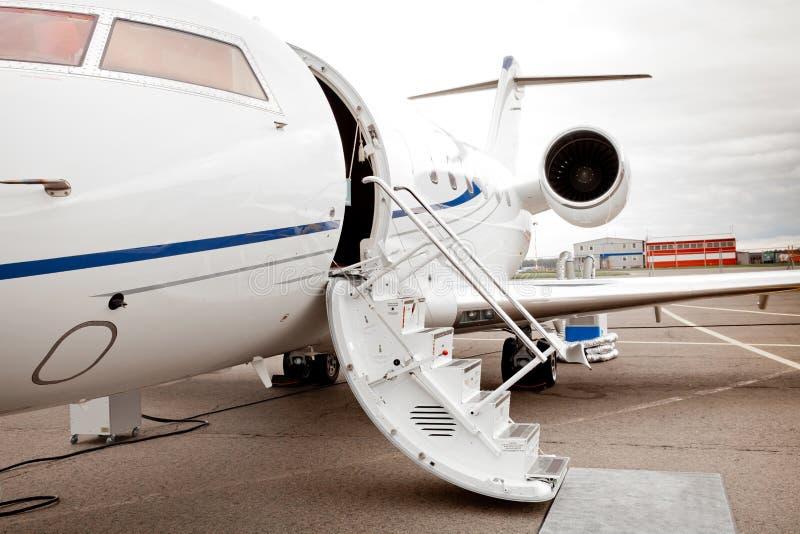 Άσπρο αεριωθούμενο αεροπλάνο ιδιωτικής επιχείρησης (αεροσκάφη) στοκ φωτογραφίες με δικαίωμα ελεύθερης χρήσης