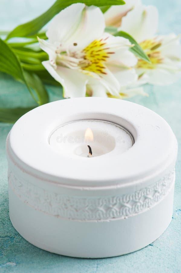 Άσπρο αναμμένο κερί, fowers κρίνων στοκ φωτογραφία