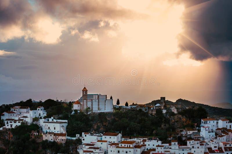 Άσπρο ανδαλουσιακό χωριό - blanco pueblo - στη σειρά βουνών Casares στοκ φωτογραφία με δικαίωμα ελεύθερης χρήσης