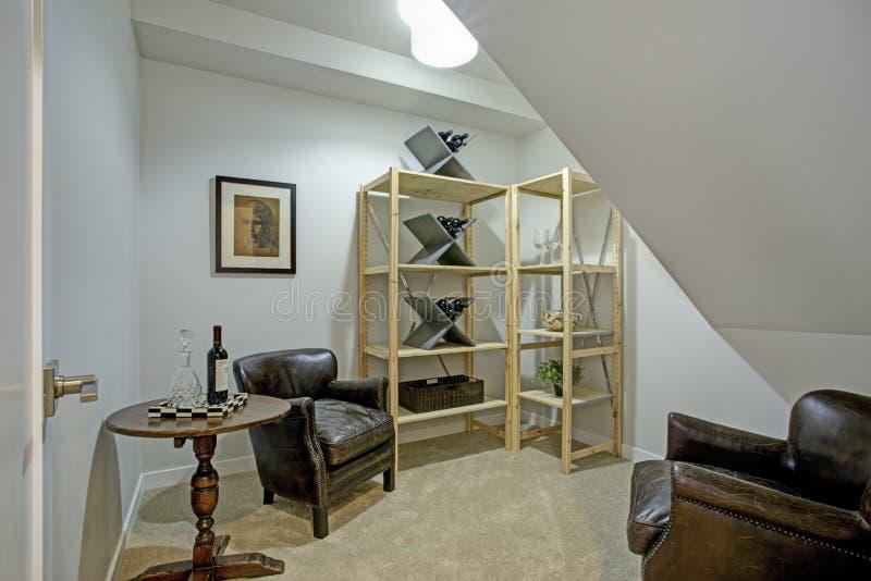 Άσπρο αττικό δωμάτιο με τις πολυθρόνες δέρματος στοκ εικόνες με δικαίωμα ελεύθερης χρήσης