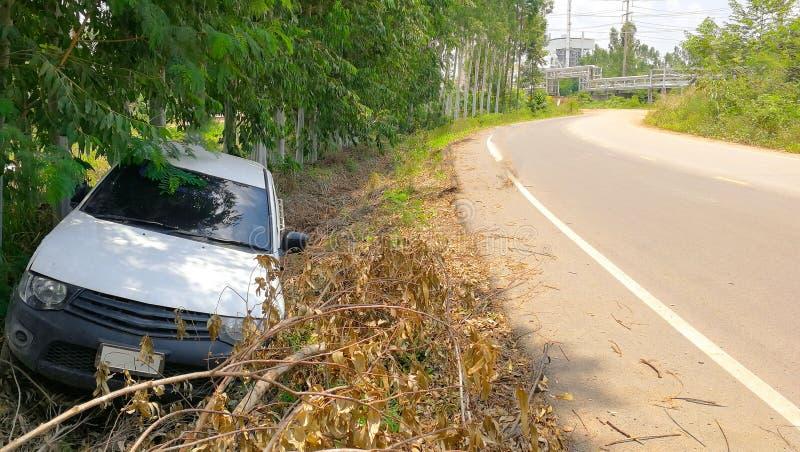 Άσπρο ατύχημα ανοιχτών φορτηγών στην οδό, επαρχία σε κακό στοκ εικόνες
