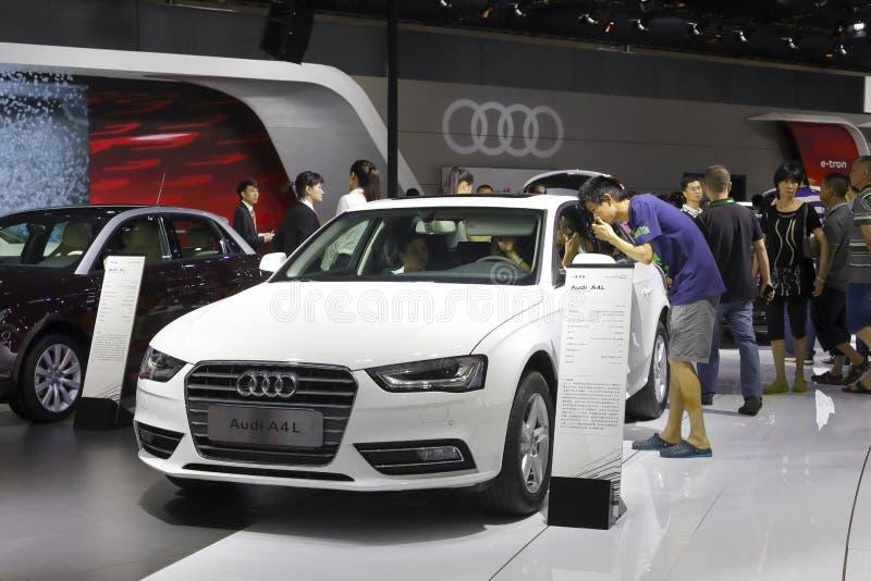 Άσπρο αυτοκίνητο audi a4l στοκ φωτογραφία
