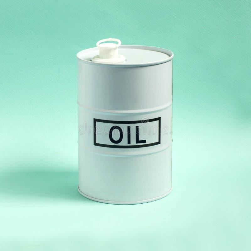 Άσπρο βαρέλι με το πετρέλαιο στο μπλε υπόβαθρο στοκ φωτογραφία