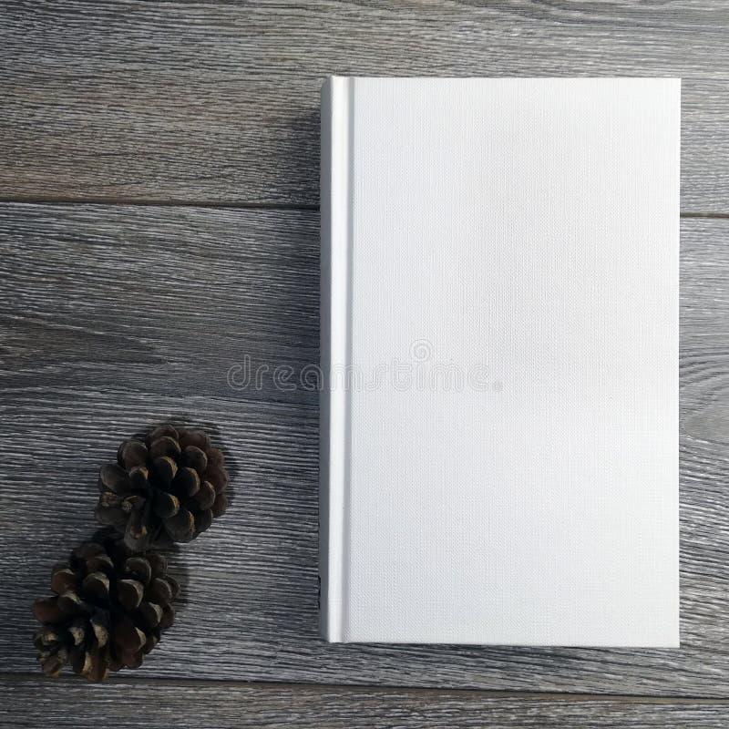 άσπρο βιβλίο στην ξύλινη σύσταση στοκ φωτογραφίες