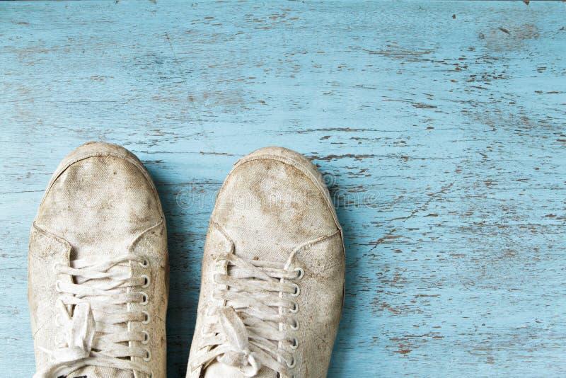 Άσπρο βρώμικο παπούτσι στο ξύλινο πάτωμα στοκ φωτογραφία με δικαίωμα ελεύθερης χρήσης