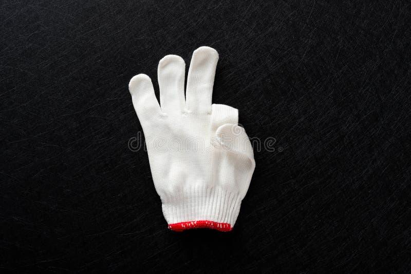 Άσπρο γάντι με τη χειρονομία ΕΝΤΆΞΕΙ στο Μαύρο στοκ εικόνες