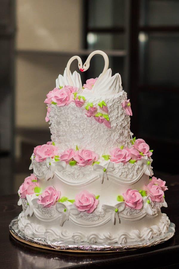 Άσπρο γαμήλιο κέικ στοκ εικόνες