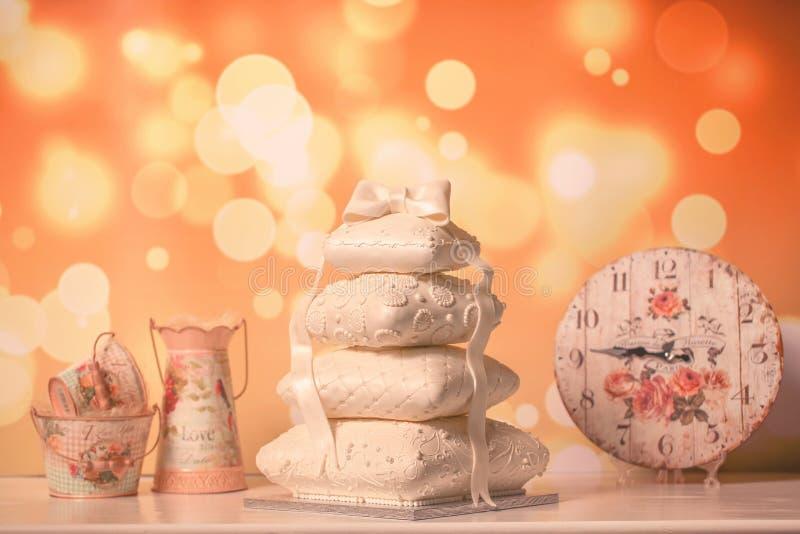 Άσπρο γαμήλιο κέικ στοκ φωτογραφίες με δικαίωμα ελεύθερης χρήσης