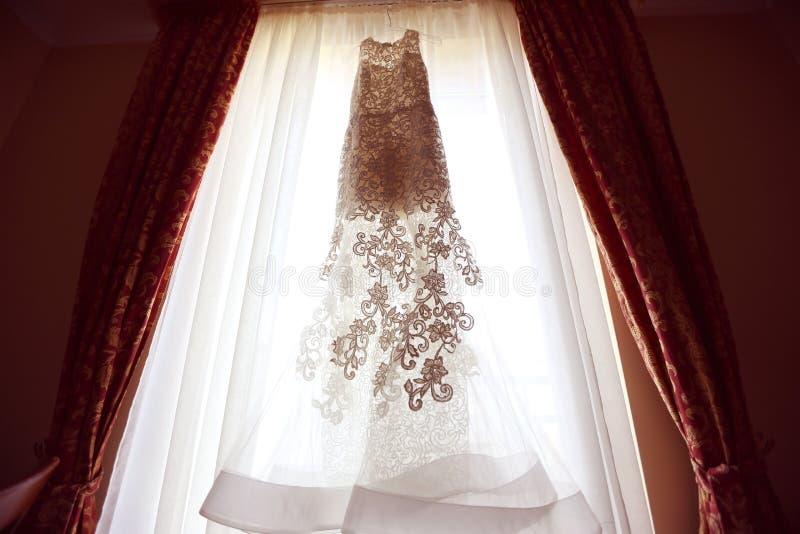 Άσπρο γαμήλιο φόρεμα στοκ φωτογραφία με δικαίωμα ελεύθερης χρήσης