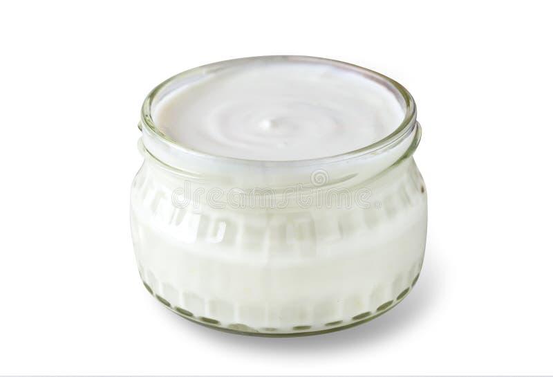Άσπρο γιαούρτι στο κύπελλο γυαλιού στο απομονωμένο άσπρο υπόβαθρο στοκ εικόνες με δικαίωμα ελεύθερης χρήσης