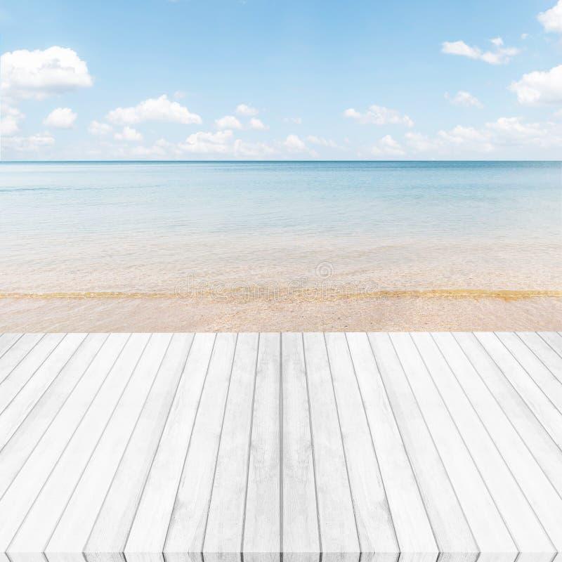 Άσπρο γκρίζο ξύλινο υπόβαθρο πατωμάτων, θάλασσας και μπλε ουρανού Καλοκαίρι επάνω στοκ εικόνες