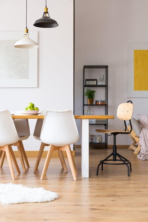 Άσπρο, δημιουργικό δωμάτιο ημέρας στοκ εικόνες